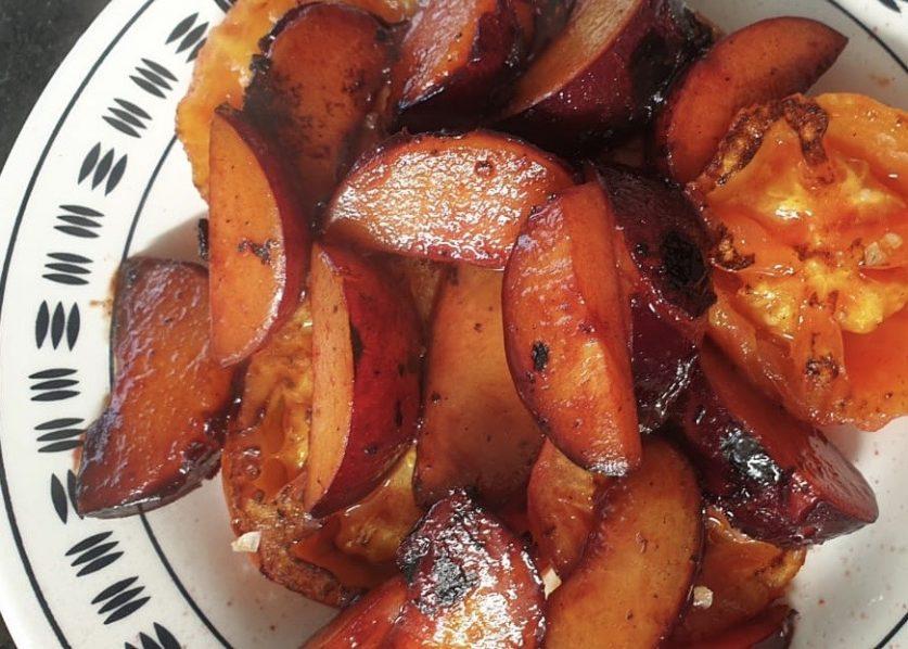 ciruelas y tomates grillados