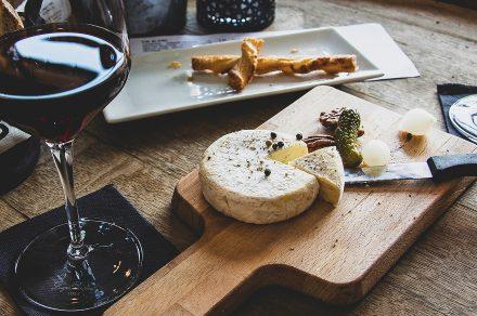 Propuestas para maridar una degustación de vinos (sin salir de casa)