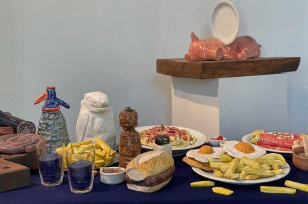 Un banquete suntuoso en la vidriera del Pettoruti